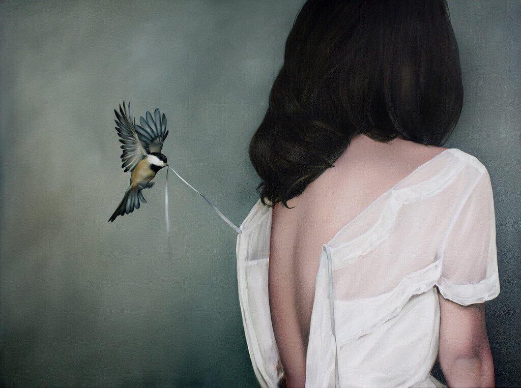 lintu aukaisee naisen mekon