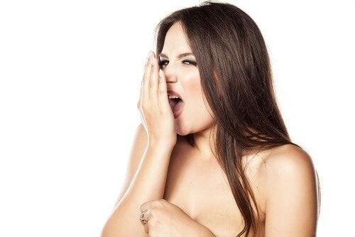 hammastulehduksen oireet: halitoosi