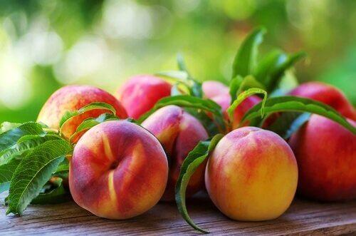 Persikat ovat nestepitoisia hedelmiä