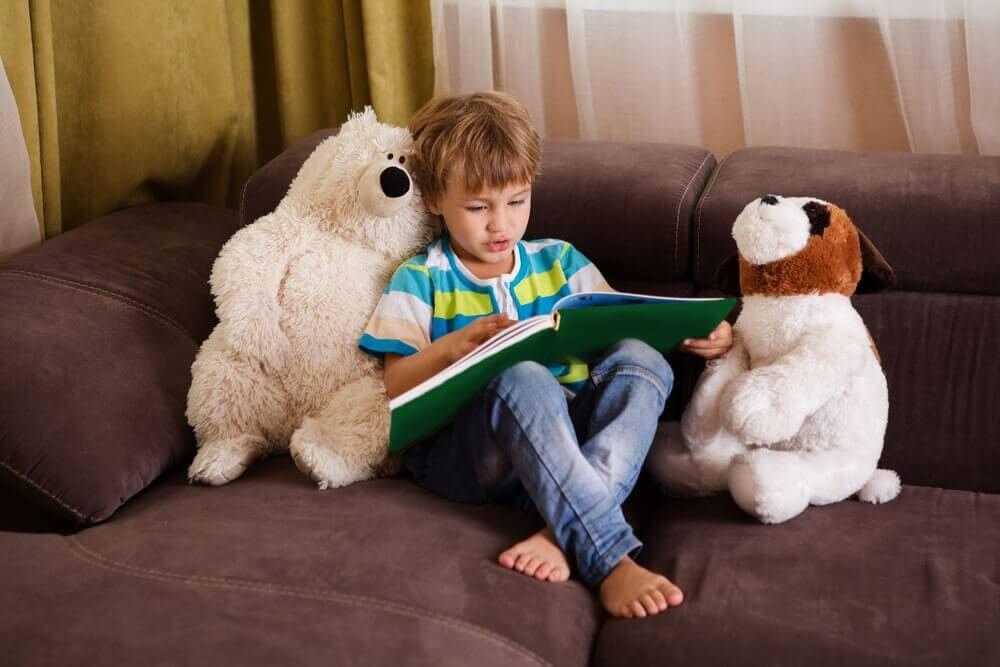 poika lukee leluilleen