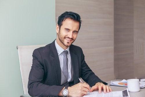 mies on allekirjoittamassa sopimusta