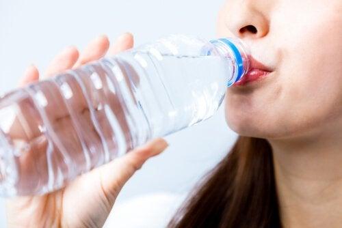 korkea ruumiinlämpö hoidetaan esimerkiksi juomalla paljon vettä