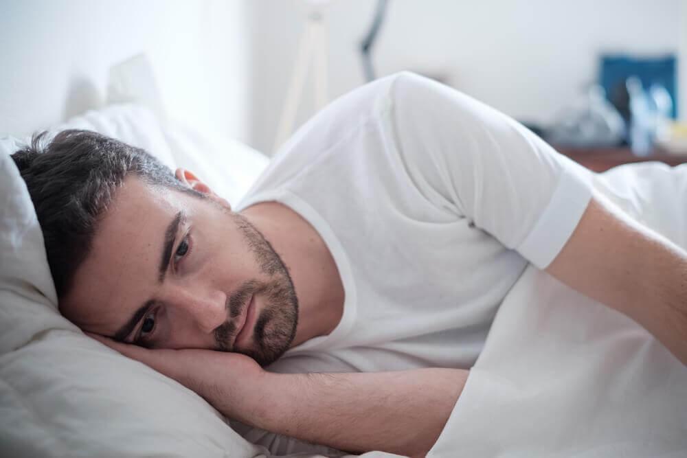 yksinäinen mies sängyssä