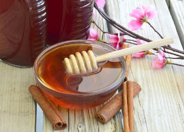 hunaja-kanelinaamio syväpuhdistaa