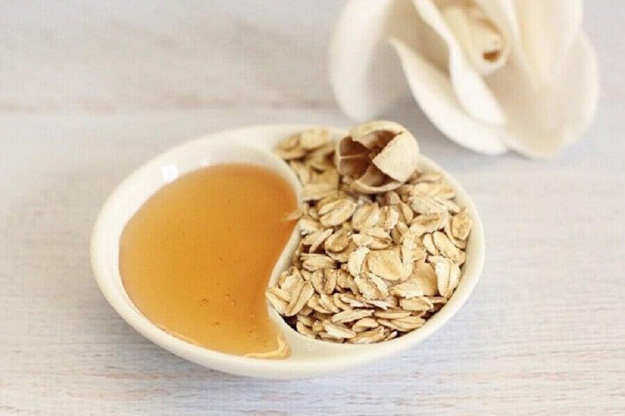 kokeile luonnollista meikinpoistoainetta hunajasta ja kaurasta