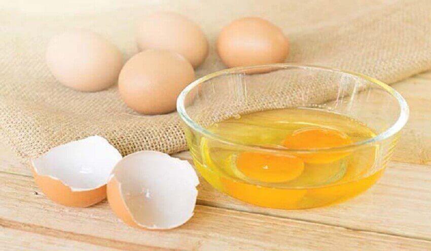 kananmunaa kuiville hiuksille