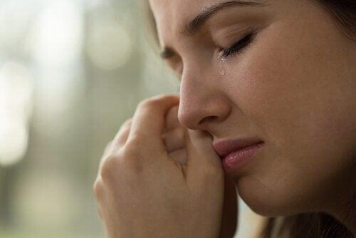 nainen kyynelehtii