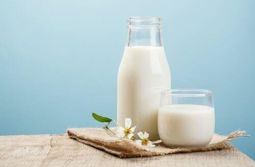 Kainaloiden ihon vaalentaminen onnistuu maidon avulla