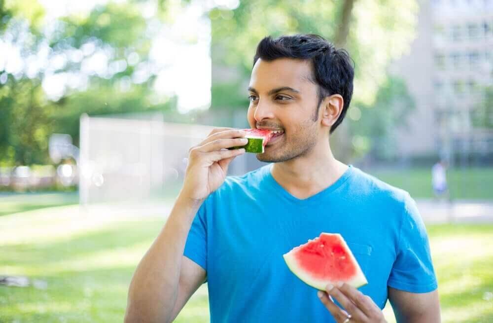 mies syö vesimelonia