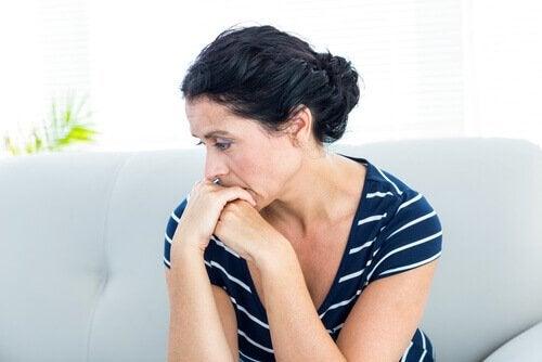 nainen vaikuttaa ahdistuneelta