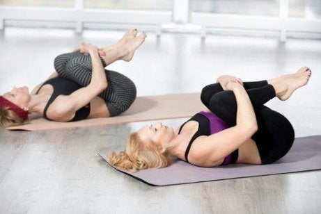 polvet rintaan -harjoitus selkälihasten vahvistamiseksi