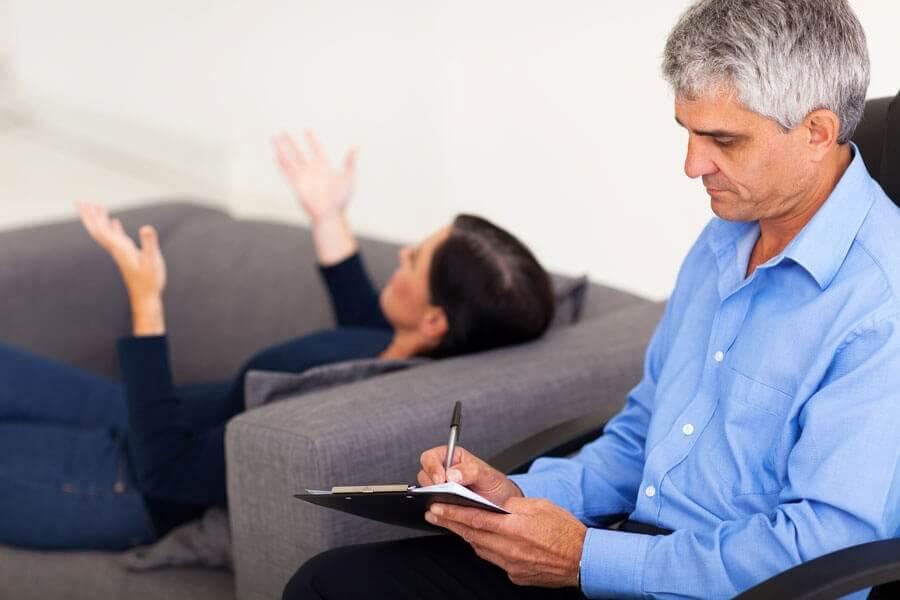 nainen terapeutin vastaanotolla