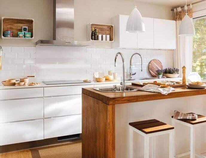 Vaaleilla väreillä on hyvä sisustaa pieni keittiö