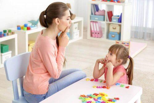 edistä lapsen puhetta leikkimällä