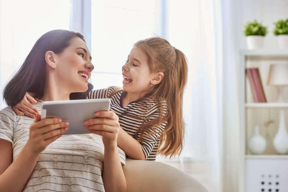 äiti ja tytär ovat riippuvaisia tabletista