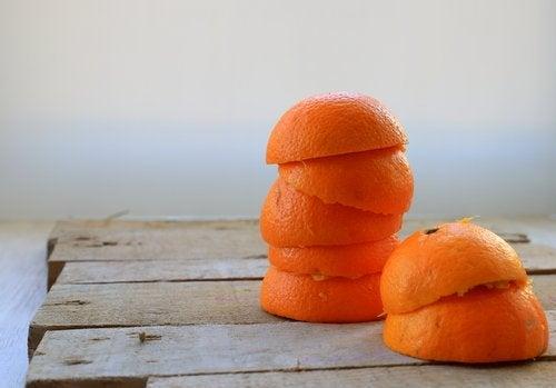 Appelsiini sopii itsetehtyyn ilmanraikastimeen