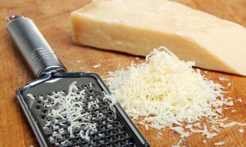 pinaatti-tuorejuustolevitteeseen tulee juustoa