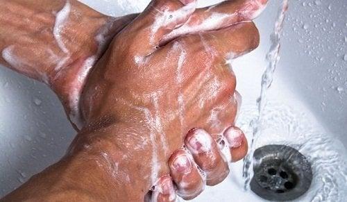 pese kädet hyvin välttääksesi suolistoinfektion