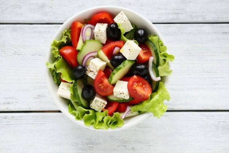 Valmista perinteinen tai muunneltu kreikkalainen salaatti
