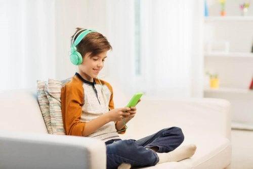 Hellyyttä vaille jäänyt lapsi uppoutuu elektronisten laitteiden pariin