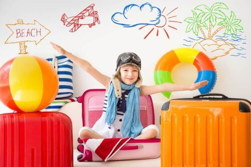 lapsi leikkii matkustusta