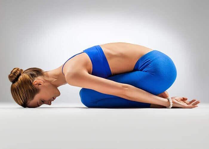 jooga auttaa selkäkipuun: lapsiasento