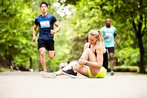 naisella nyrjähdyksen oireita kesken juoksukilpailun