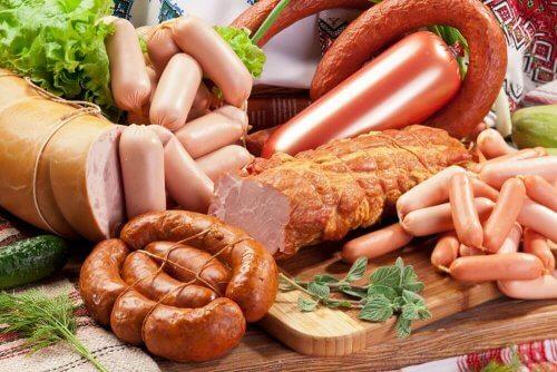 vältä näitä ruokia; makkarat