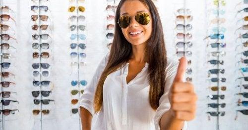 nainen ostaa hyvät aurinkolasit