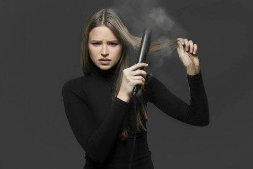 Neljä tapaa suoristaa hiukset ilman suoristusrautaa