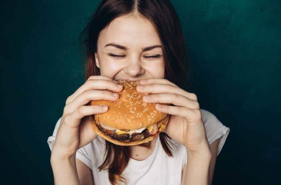 Vedenjuonti ennen ateriaa hillitsee nälkää