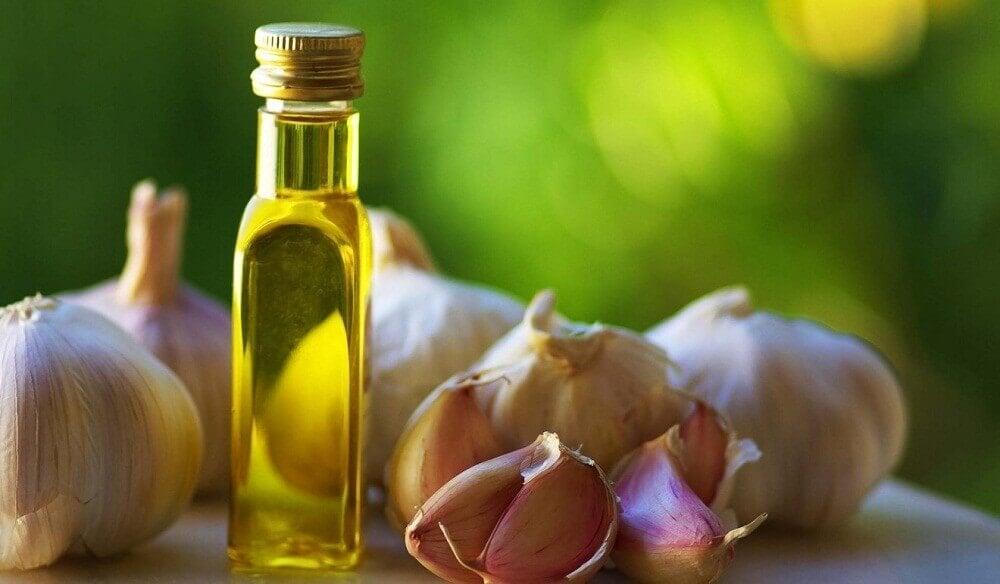 Oliiviöljy ja valkosipuli soveltuvat jalkasilsan hoitoon