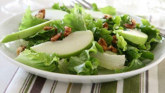 Herkullinen salaatti vihreästä omenasta ja selleristä