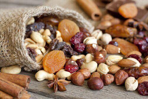syö pähkinöitä lihasten vahvistamiseksi