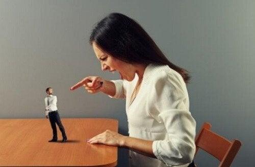 nainen huutaa pienelle miehelle