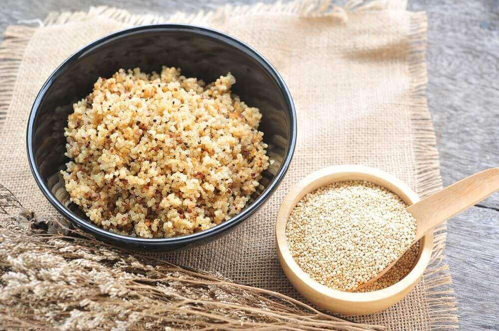 kvinoaa raakana ja keitettynä