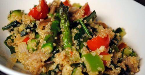 Kreikkalainen salaatti kvinoalla