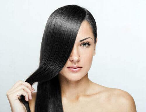 naisen todella suorat hiukset