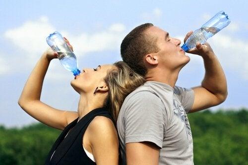 Vedenjuonti auttaa pudottamaan painoa