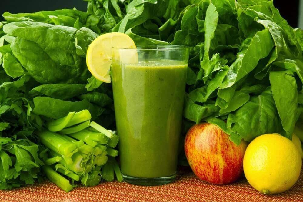 Detox-juoma pinaatista, porkkanasta ja sitruunasta poistaa myrkkyjä
