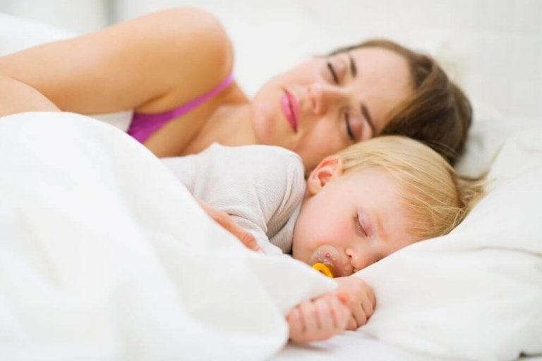 Kuinka opettaa vauva nukkumaan läpi yön
