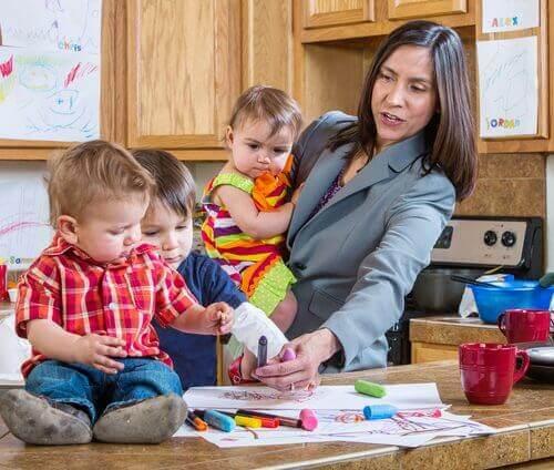 kiireinen äiti lasten kanssa