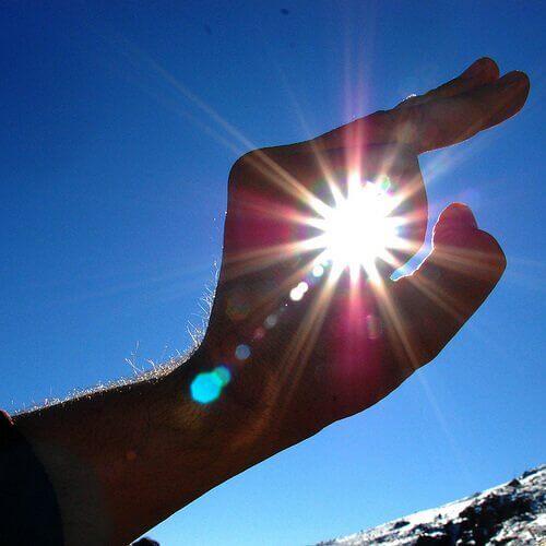 aurinko sormien välissä