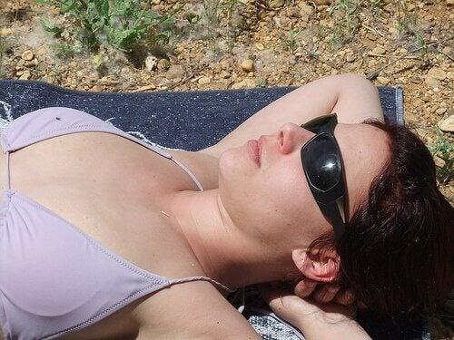 älä ole ilman aurinkolaseja ulkona