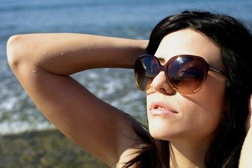 aurinkolasit naisella