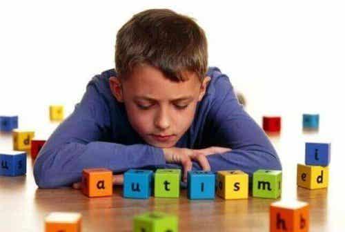 Yleisimpiä merkkejä autismista lapsilla
