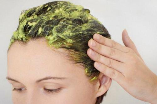 Avokadonaamio poistaa sähköisyyttä hiuksista