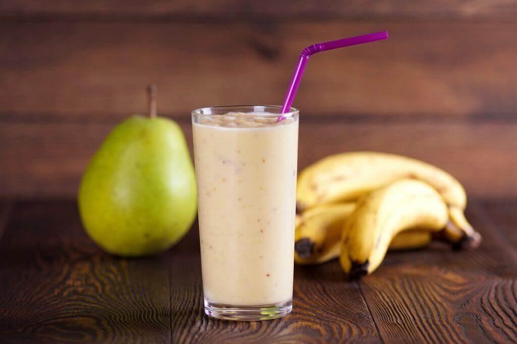 Banaani tekee smoothiesta samettisen