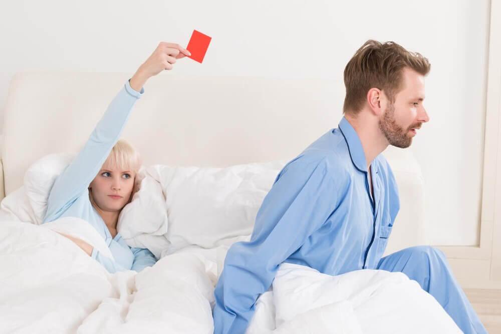 punainen kortti sängyssä
