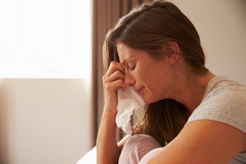 nainen itkee